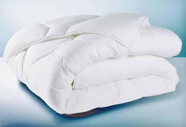 moins de 20 euros la couette anti acariens 220x240cm au lieu de 45 euros. Black Bedroom Furniture Sets. Home Design Ideas